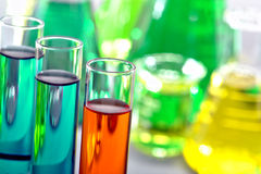 Tubes à essai dans le laboratoire de recherches de la Science photo stock
