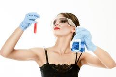 Tubes à essai de fixation de jeune femme Photographie stock libre de droits