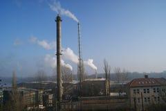 Tubes émis de la vapeur sur la rivière Image stock
