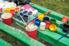 Tubes avec l'aquarelle colorée et pots avec la gouache sur coloré Image libre de droits