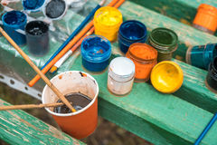 Tubes avec l'aquarelle colorée et pots avec la gouache sur coloré Photo libre de droits