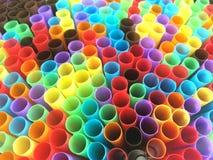 Tubes colorés sous la forme d'arc-en-ciel image stock