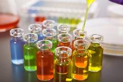 Tubes d'essai en laboratoire, baisse jaune sur la pipette Images libres de droits