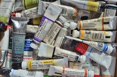 Tubes de la peinture d'aquarelle de divers types et couleurs images stock