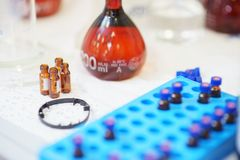 Tubes de laboratoire, fioles et tubes à essai en verre pour rassembler des échantillons et effectuer des essais en gros plan sur  photographie stock libre de droits