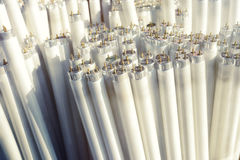 Tubes de lumière fluorescente, morceaux électriques de déchets Photographie stock libre de droits