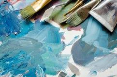 Tubes de pinceaux d'artiste et de peinture à l'huile photo stock