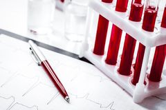 Tubes de verre avec la prise de sang dans le support personne photographie stock libre de droits