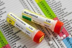 Tubes des globules d'homéopathie et de la liste de préparation homéopathique photos libres de droits