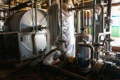 Tubes des pompes de capacit? de l'?quipement d'alimentation de valve au magasin industriel de centrale p?trochimique de raffinage images stock