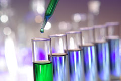 Tubes à essai dans le laboratoire de recherches de la Science Photo libre de droits