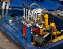 Tubes, garnitures et leviers hydrauliques sur le panneau de commande Photo stock