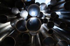 Tubes métalliques empilés dans le modèle de rangées Photos libres de droits