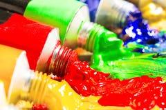 Tubes multicolores de peinture Photographie stock libre de droits