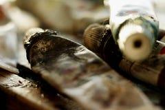 Tubes sales d'huile dispersés en cours de créer une peinture image stock