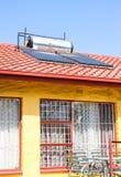 Tubes solaires de chauffage d'eau sur un toit photos stock