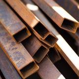 Tubi arrugginiti del metallo della sezione rettangolare fotografia stock libera da diritti