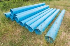 Tubi blu per costruzione sull'archivato su immagine stock