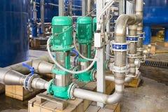 Tubi d'acciaio e pompe per drenaggio dell'acqua in una centrale elettrica Fotografie Stock