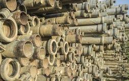 Tubi del metallo di irrigazione impilati all'aperto dalla stagione d'innaffiatura Immagini Stock