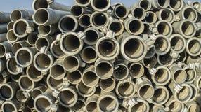Tubi del metallo di irrigazione impilati all'aperto dalla stagione d'innaffiatura Immagini Stock Libere da Diritti