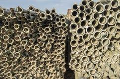 Tubi del metallo di irrigazione impilati all'aperto dalla stagione d'innaffiatura Fotografia Stock
