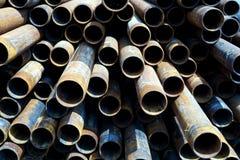 Tubi del metallo impilati nel modello di fila Fotografie Stock