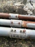 Tubi del metallo sul pavimento del cemento Fotografia Stock Libera da Diritti