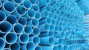 Tubi del PVC impilati in magazzino