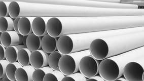 Tubi del PVC impilati nel cantiere, 16:9 di allungamento Fotografia Stock Libera da Diritti