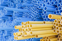 Tubi del PVC per il condotto elettrico e l'acqua immagini stock