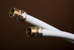 Tubi dell'impianto idraulico con i montaggi fotografia stock