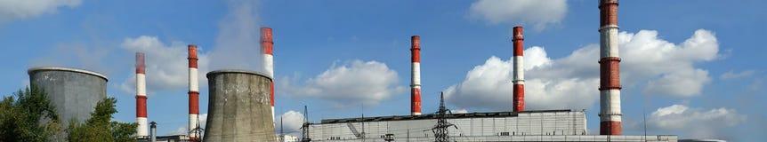 Tubi della centrale elettrica bruciante del carbone, panorama Immagine Stock