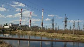 Tubi della fabbrica e linee elettriche ad alta tensione Immagini Stock