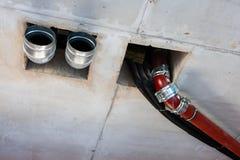 Tubi di acque luride, ventilazione, rifornimento idrico nell'interno creato immagini stock