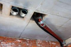 Tubi di acque luride, ventilazione, rifornimento idrico nell'interno creato fotografie stock libere da diritti