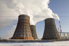 Tubi di fumo della centrale elettrica termica Immagini Stock