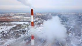 Tubi di fumo della centrale elettrica termica Siluetta dell'uomo Cowering di affari Tubi della centrale elettrica termica Periodo video d archivio
