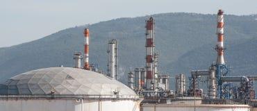 Tubi di gas e serbatoi su una pianta della raffineria di petrolio Immagini Stock