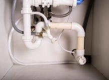Tubi e impianto idraulico sotto il lavandino fotografia stock libera da diritti