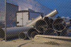 Tubi e tubi dell'industria pesante al cantiere Fotografie Stock