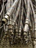 Tubi flessibili della treccia del metallo con il colpo infilato di macro del collegamento Fotografia Stock