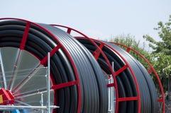 Tubi flessibili per irrigazione di terreno agricolo Immagine Stock