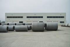 Tubi impilati del cemento alla fabbrica concreta Immagini Stock Libere da Diritti