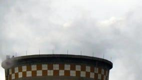 Tubi industriali del fumo del camino della pianta stock footage