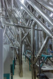 Tubi industriali dentro la fabbrica Fotografia Stock