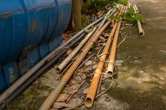 Tubi lunghi d'annata del PVC con il tubo flessibile dell'acqua - verde all'aperto L del giardino fotografia stock libera da diritti