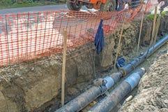 Tubi nella fossa di terra per la fabbricazione della conduttura Fotografia Stock Libera da Diritti