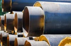 Tubi per il rifornimento idrico di grande diametro vicino al cantiere Sostituire le comunicazioni vecchie immagini stock