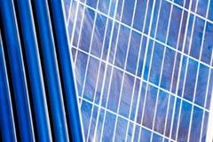 Tubi solari del geyser e pannerl solare fotografia stock